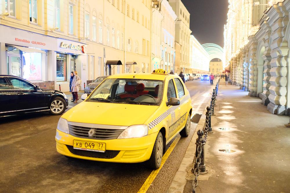 Скромная брюнетка в такси 25 фотография